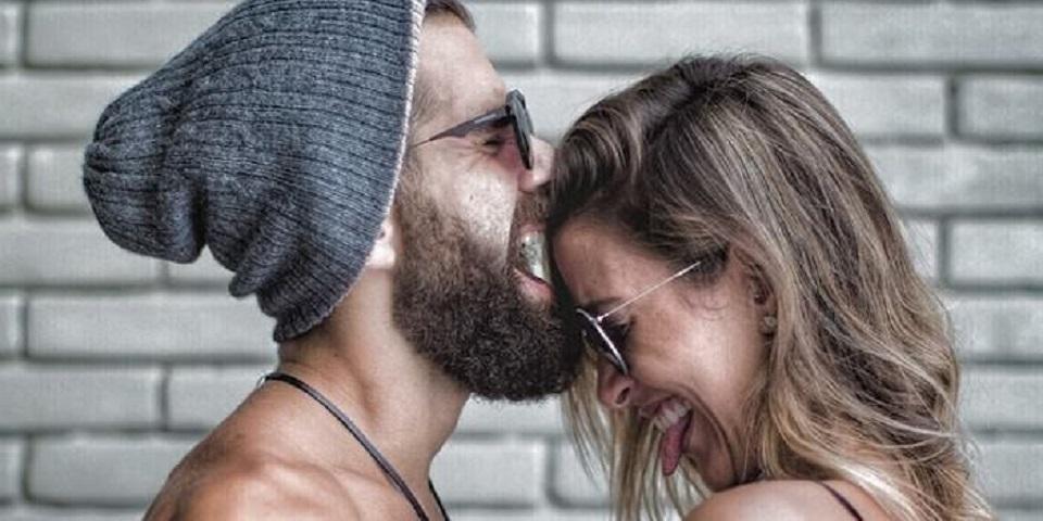 С маске бородой будит девушку в парень